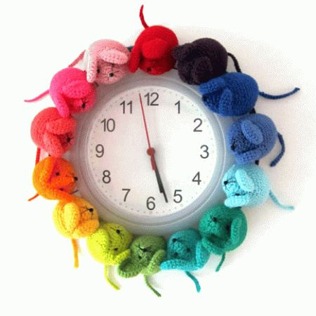 crocheted-mouse-clock