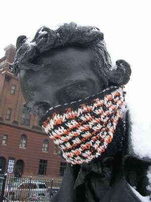 xyarn-bombing-knit-graffiti.jpeg.pagespeed.ic.EAEAD7Jzy0