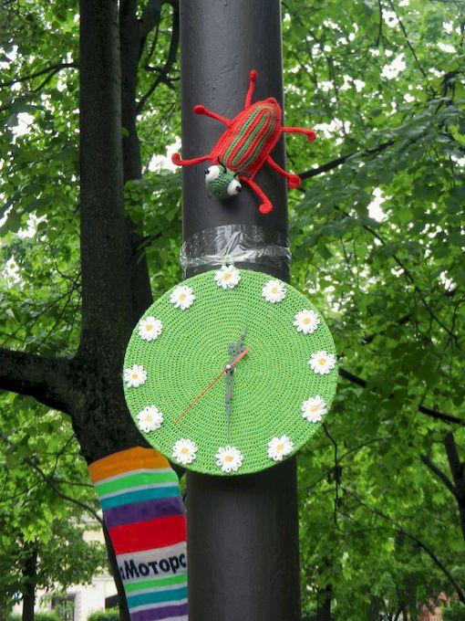 """СВязанные мной часы """"Время ромашек"""" и вязаный жук -тоже украшали вязаную полянку!"""