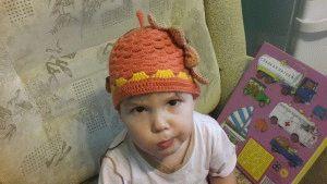 Вязаная шапочка Желуди к празднику осени в детском саду.