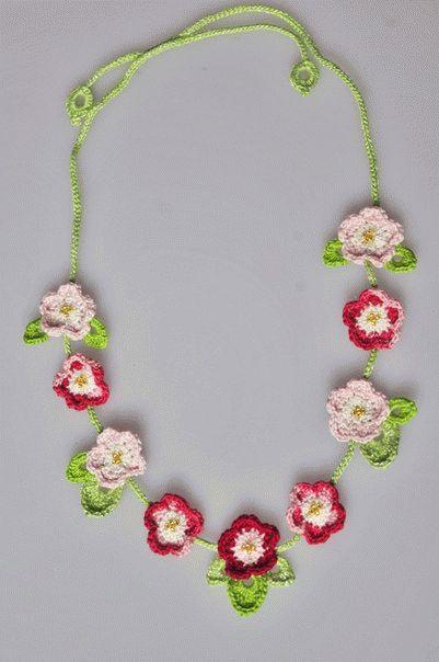 Мастер-класс по созданию вязаных крючком украшений с цветами.