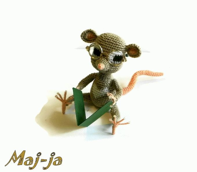 Вязаная игрушка мышонок.