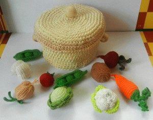 Вязаная кастрюлька с набором мини овощей.
