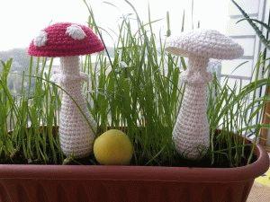 Вязаные грибы поганки.