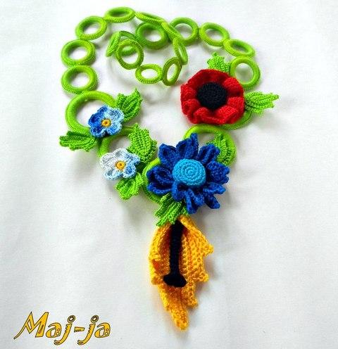 вязаные украшения с цветами.